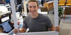 Capture d'écran de la page Facebook de Mark Zuckerberg. A gauche, on peut voir la caméra et le micro de son ordinateur portable recouverts d'un scotch.