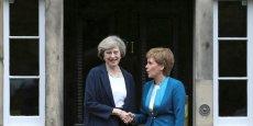 Theresa May (à gauche) a rencontré Nicola Sturgeon à Edimbourg. Mais la tension anglo-écossaise demeure.