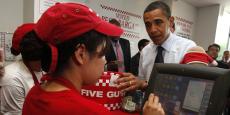 """Dans un restaurant Five Guys de Washington, Barack Obama passe commande avant de déclarer que les burgers de l'enseigne sont """"les meilleurs du monde""""."""