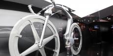 """La bicyclette, signe extérieur de modernité ? En tout cas, pour certains constructeurs, c'est le prétexte à d'éblouissantes démonstrations de savoir-faire tant au plan esthétique que fonctionnel, tel cet """"electric concept bike"""" présenté par Peugeot au Salon de l'auto à Paris en 2010."""