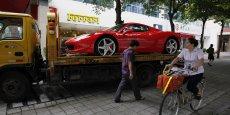 Devant le show-room de la marque, à Shenzhen, en Chine, une Ferrari, prête à partir pour la résidence du jeune Chinois qui vient d'en faire l'acquisition.