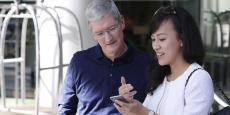 Tim Cook patron d'Apple et Jean Liu présidente de Didi Chuxing le 16 mai 2016 à Pekin.