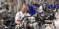 Des ouvriers travaillent sur le moteur d'une E-Golf à Wolfsburg, en mai 2016.