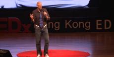 Dan Makoski, lors d'une conférence TEDx à Hong Kong en 2014, devrait poursuivre ses ambitions pour les téléphones en kit chez Nexpaq.
