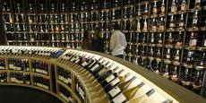 Des personnes visitent la Cité du vin de Bordeaux, le 29 septembre 2016