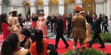 """Entrée triomphale dans le hall d'honneur du Palais de la Bourse pour le milliardaire Xijian Zhou, nouveau propriétaire chinois en Bordelais et organisateur du voyage d'affaires  pour 80 partenaires et associés à qui il a souhaité """"vendre"""" Bordeaux en 3 jours seulement."""