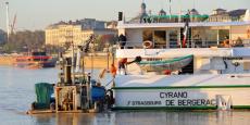Collectés par une barge, les déchets des bateaux amarrés dans le port de Bordeaux sont acheminés à quelques kilomètres en amont vers l'usine de traitement Astria de Bègles (Gironde).
