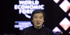 À 59 ans, l'architecte japonais Shigeru Ban (lauréat du Pritzker) est connu dans le monde entier par son approche humanitaire issue de sa réflexion concernant les catastrophes naturelles de son pays. (Photo: Shigeru Ban lors de son discours au Forum économique mondial de Davos, le 20 janvier 2015, après avoir reçu le Crystal Award.