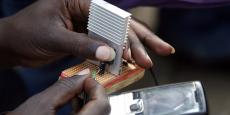 Pour Patrick Klugman, adjoint à la Maire de Paris, chargé des relations internationales et de la francophonie, « il est faux de croire que les grandes métropoles africaines connaîtront un développement long et lent : les jeunes construisent le présent dès maintenant ». (Photo : Jeremiah Murimi, étudiant en génie électrique à l'Université de Nairobi (Kénya), fait la démonstration de son chargeur intelligent qui, connecté à un vélo, peut recharger un téléphone mobile, en juillet 2009).