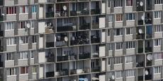 Depuis plusieurs décennies, il devient de plus en plus ardu d'obtenir un logement dans les zones à très forte demande. On comprend mieux pourquoi les ménages ayant obtenu un logement social y restent pour continuer à bénéficier d'un loyer modéré.
