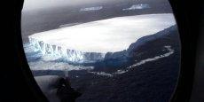 Le bloc de glace géant ne s'est pas encore complètement détaché de Larsen C, mais pourrait offrir un spectacle aussi désolant que celui de cet immense iceberg (64 km de long sur 17 km de large) qui s'était détaché en octobre 1999 de la banquise antarctique, ici aperçu dérivant au sud du Cap Horn.