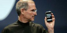 Steve Jobs avec le premier iPhone de 2007.