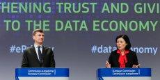 Le 10 janvier 2017, Andrus Ansip, commissaire européen au Marché unique numérique, et Vera Jourova, la commissaire européenne à la Justice, lors de leur conférence conjointe pour proposer l'extension des règles appliquées aux opérateurs télécoms traditionnels à tous les services de communication en ligne.