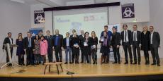 Les lauréats du Top 100 entourés de leurs parrains et d'une partie de l'équipe de La Tribune, hier soir à l'Athénée municipal à Bordeaux
