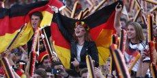 La population allemande à la fin de 2016 atteignait 82,8 millions d'habitants, soit 600.000 personnes de plus qu'un an plus tôt. (Photo : lors d'une projection publique à Berlin, le public allemand acclame son équipe de football qui joue à Marseille contre la France, le 7 juillet 2016 )