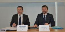 Frédéric Toubeau, directeur régional de Pôle emploi Nouvelle-Aquitaine (à gauche) et Michel Stoumboff, secrétaire général aux Affaires régionales pour l'Etat (à droite) ont signé une convention régionale sur l'égalité professionnelle entre les femmes et les hommes.