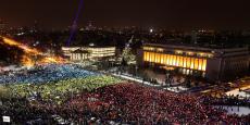 Le drapeau roumain, formé par les manifestants devant le siège du gouvernement, dimanche 12 février.
