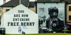 """Cette peinture a été réalisée à l'époque des """"Troubles"""", lorsque les attaques terroristes faisaient rage entre le Royaume-Uni et l'Irlande. Certains craignent que le Brexit puisse mener au rétablissement des contrôles aux frontières dans la région."""