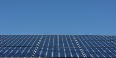 Grâce à des centrales hybrides photovoltaïques/fuel, la Polynésie française espère un peu d'indépendance das le domaine énergétique.