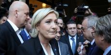 Thierry Légier, le garde du corps de la dirigeante d'extrême droite (juste derrière elle), ancien parachutiste du 3e RPIMA de Carcassonne et ex-garde du corps de Jean-Marie Le Pen, qui avait été placé comme Catherine Griset en garde à vue mercredi dans le cadre de cette enquête, a été relâché sans qu'aucune charge soit retenue contre lui à ce stade, a-t-on précisé.