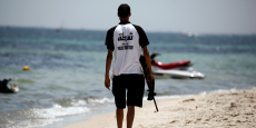 Un membre de la patrouille touristique sur les plages mise en place après l'attentat du Sousse