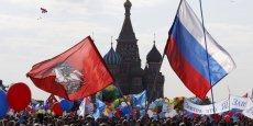 A Moscou, les Russes marchent dans la rue pour le jour du travail.