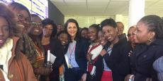 Les journalistes issues de 22 pays africains en compagnie de Fatine Azghari, la directrice du centre de contrôle aérien de l'aéroport Mohammed V, à Casablanca.