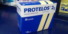 Autorisé en Europe depuis 2004, ce médicament faisait l'objet d'un surveillance renforcée depuis 2007. Après le scandale du Mediator - autre médicament produit par Servier - le groupe a été mis en cause fin 2011 pour avoir minimisé les effets secondaires de Protelos.