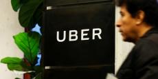 Un homme quitte les bureaux d'Uber dans le Queens, à New York.