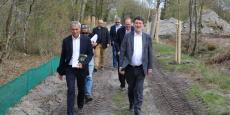 Jean-Marie Barès, directeur de Progefim, et Alain Anziani, sénateur-marie de Mérignac, lundi 27 mars sur le futur chantier de Vert Castel 2.
