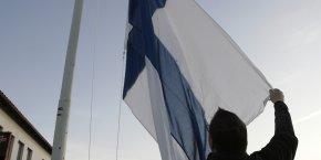 Des résidents abaissent un drapeau finlandais en Finlande