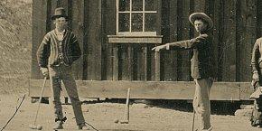 Billy the Kid, à gauche, arborant un chapeau noir, en pleine partie de croquet. (détail)