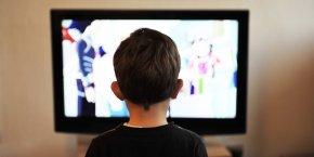 Enfant devant une télévision