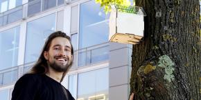 Joris Lam, le fondateur de Tree Wifi et son prototype en forme de nichoir à oiseaux.