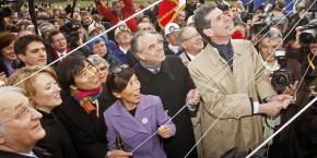 Le 4 décembre 2009, lors de la cérémonie de pose de la première pierre du musée du Louvre-Lens, avec (de d. à g.) Henri Loyrette président du musée du Louvre, le ministre de la Culture Frédéric Mitterrand, les architectes japonais Kazuyo Sejima et Ryue Nishizawa, ainsi que le président du Conseil régional du Nord-Pas-de-Calais, Daniel Percheron.