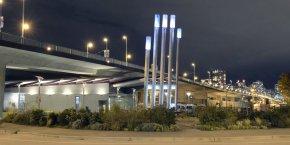 L'architecture de l'installation a été conçue de manière à jouer un rôle pédagogique. Les cinq conduits d'évacuation en forme de main qui se dressent en dehors de la station changent de couleur, du bleu au rouge, en fonction de la quantité d'énergie consommée à chaque moment par le quartier.