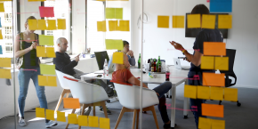 Les banques ont investi 5 milliards de dollars dans des fintech en 2015, selon Accenture. Un montant encore faible, comparé aux 50 milliards à 70 milliards de dollars qu'elles dépensent en moyenne chaque année dans leurs infrastructures technologiques. (Photo : des employés de la Fintech N26 à Berlin, en août 2016)