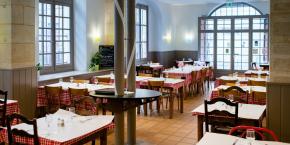 Depuis vingt ans la société anonyme Envol33 accompagne les personnes en situation d'exclusion sociale. Parmi ses quatre établissements qui recrutent un personnel en insertion, La Marmite, restaurant solidaire où des clients défavorisés (90 %) côtoient des clients ordinaires (10 %).