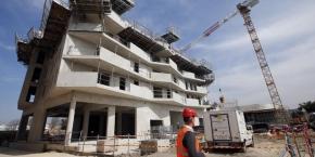 """Dans la construction, oncerne la construction, les règles de conception des entreprises logistiques seront assouplies, une mesure destinées à """"renforcer l'attractivité"""" de la France."""