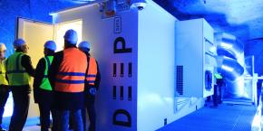 Mis au point par l'entreprise Céleste, ce box d'environ 15 m2, d'une capacité de 3.200 To, peut héberger les données d'une dizaine de grosses PME. Suivi 24/7, ce démonstrateur a permis de valider les modélisations du fonctionnement thermique et les expérimentations techniques échafaudées depuis trois ans pour utiliser la régularité d'une température ambiante maintenue naturellement entre 11°C et 12°C grâce à la forte hygrométrie du tuffeau.