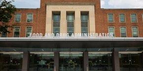 Accusé d'être très proche de l'industrie pharmaceutique, le patron de la FDA, Robert M. Califf, est vivement critiqué.