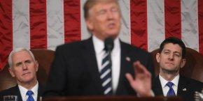 Donald Trump lors de son discours au Congrès entre le vice-président Mike Pence (à gauche) et Paul Ryan, président de la Chambre des représentants.