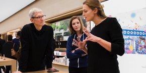 Marie Mérouze, fondatrice de Marbotic, présente ses produits à Tim Cook, CEO d'Apple, à Paris en début d'année
