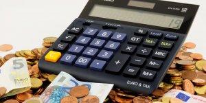 Calculatrice et billets (calculette, argent, billets, euros, entrepreneurs, banques, assurances, TPE, PME, auto-entrepreneurs, entreprenariat, monnaie, finances)