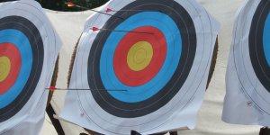 Cible manquée, entraînement au tir à l'arc, flèche, objectif manqué, cible ratée. Arrows in archery target, par Ben Sutherland. Via Flickr CC License by.