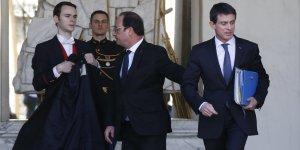 Le Premier ministre Manuel Valls et le président de la République François Hollande quittent le palais de l'Elysée le 10 février 2016