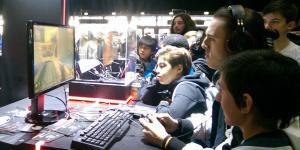 Des joueurs devant un écran à la Paris Games Week (PGW) du stand Shadow