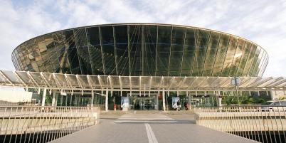 Nice, ses palmiers, son aéroport - le deuxième de France - bordé par la mer Méditerranée assurant 110 destinations et fréquenté par 11,5 millions de passagers chaque année...
