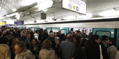Des préavis de grève ont été aussi déposés dans les aéroports parisiens et dans les transports urbains en province.