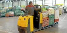 POUR ILLUSTRER LE PAPIER PAR MARTIN DE MONTVALON : ' FLUX TENDU DANS UN ENTREPOT DE LENS SPOUR LIVRER HUITRES ET SAUMON AVANT NOEL '. Un ouvrier déplace, le 18 décembre 2007 à Lens, une palette de fruits et légumes dans un entrepôt de l'entreprise ID Logistique où le flux est tendu juste avant les f